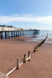 Небо и песчаный пляж Девона пристани Teignmouth голубое Стоковое Фото