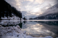 Небо и снег в озере зеркала Стоковое фото RF