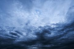 Небо и темные облака перед бурным Стоковые Изображения RF