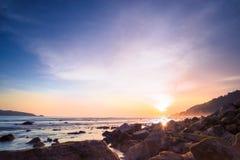 Небо и утес захода солнца моря twilight в переднем плане стоковые фотографии rf