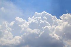 Небо красивого белого clouds&Bright голубое Стоковая Фотография