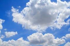 Небо красивого белого clouds&Bright голубое Стоковое Изображение