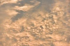 Небо красивого захода солнца золотое Стоковое Фото