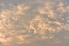 Небо красивого захода солнца золотое Стоковая Фотография