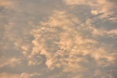 Небо красивого захода солнца золотое Стоковое фото RF