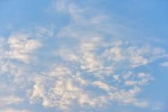 Небо красивого захода солнца золотое Стоковые Изображения