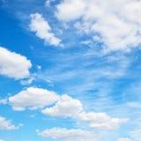 Небо лета с белыми облаками Стоковое фото RF