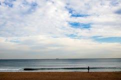 Небо моря и сиротливый человек Стоковые Изображения