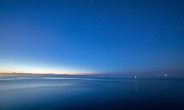 Небо моря ночи лета после захода солнца звезды стоковое изображение