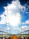 небо моста ведущее пешеходное к Стоковые Изображения