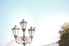 Небо моста уличного фонаря на фоне Стоковые Изображения RF