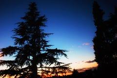 небо на заходе солнца, облака покрашено красный по солнцу которые в то время сделают комнату для луны стоковые фото
