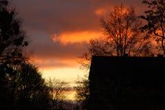 Небо на зоре покрашено с яркими цветами стоковая фотография
