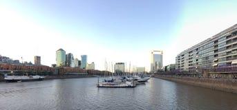 Небо на плите реки стоковая фотография rf