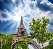 Небо над Эйфелева башней - Париж захода солнца. Путешествие Eiffel Ла от чемпиона Стоковые Изображения RF