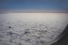 Небо, облака и плоское крыло через окно Стоковое фото RF