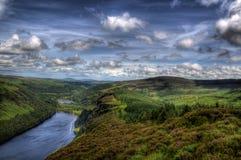 небо озера живя сельское вниз стоковые фото