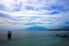 Небо океана гор взгляда воздуха Gili заволакивает Gilis Индонезия Стоковые Фото