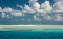 небо океана совершенное Голубые море и облака на небе Тропический пляж в Мальдивах Стоковые Фотографии RF