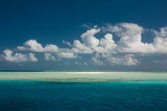 небо океана совершенное Голубые море и облака на небе Тропический пляж в Мальдивах Стоковые Фото