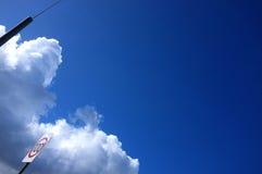 Небо дороги под ясным голубым небом стоковые изображения rf