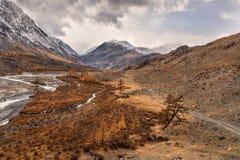 Небо осени реки дороги гор Стоковые Фото
