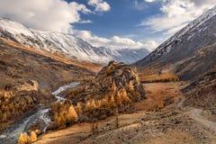 Небо осени реки дороги гор Стоковые Фотографии RF