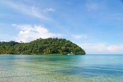 Небо острова голубое и прозрачное море Стоковые Изображения RF