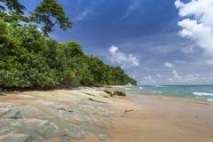 Небо острова Havelock голубое с белыми облаками, Андаманскими островами, Ind Стоковое Изображение RF