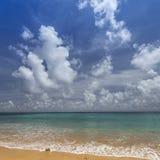 Небо острова Havelock голубое с белыми облаками, Андаманскими островами, Ind Стоковые Фото
