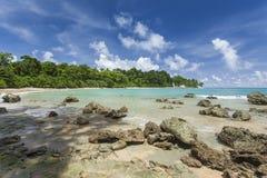 Небо острова Havelock голубое с белыми облаками, Андаманскими островами, Ind Стоковая Фотография