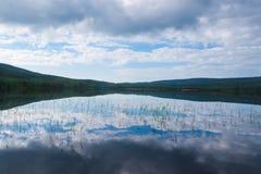 Небо отражая в озере Стоковые Изображения