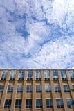 Небо отраженное в окнах здания Стоковая Фотография