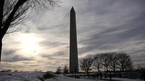 Небо памятника Вашингтона плоская посадка против захода солнца солнца видеоматериал