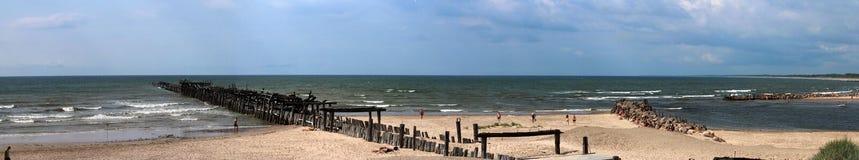 Небо панорамных утесов руин пристани пляжа Sventoji больших голубое Стоковые Фото