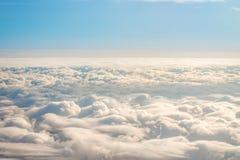 Небо панорамы от высоты в кумулюсе и наслоенных облаках стратуса Стоковые Фото