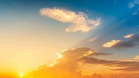 Небо панорамы twilight с предпосылкой солнца и облаков стоковое изображение