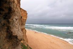 небо пасмурного океана скалы пляжа песочное вниз Стоковые Изображения RF