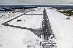 Небо перемещения полета самолета взлета взлётно-посадочная дорожка авиапорта заволакивает зима Сибирь снега Стоковые Изображения RF