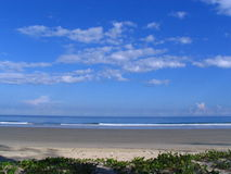 небо пляжа голубое Стоковые Изображения