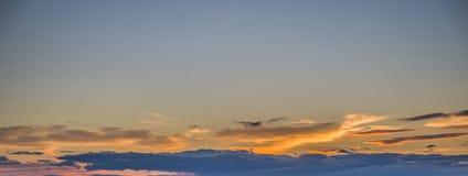 Небо покрашено в ярких красных тенях Стоковое Изображение RF