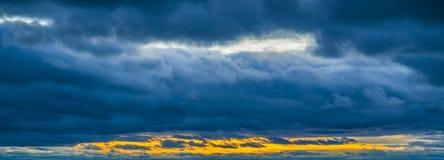 Небо покрашено в ярких красных тенях Стоковое Фото