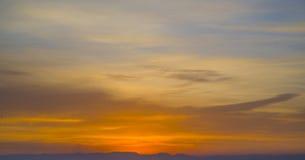 Небо покрашено в ярких красных тенях Стоковые Изображения