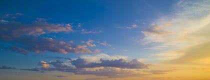 Небо покрашено в ярких красных тенях Стоковое Изображение