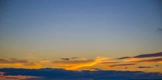 Небо покрашено в ярких красных тенях Стоковое фото RF