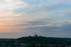 Небо Полтава Украина захода солнца православной церков церков magenta стоковое изображение rf