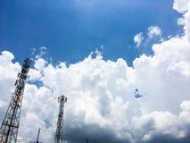 Небо после полудня голубое яркое вполне огромных белых пушистых облаков Стоковое Изображение RF