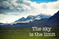Небо предел, предпосылка горы стоковая фотография rf
