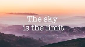 Небо предел, туманная предпосылка гор стоковая фотография