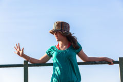 Небо предназначенных для подростков выражений шляпы девушки голубое Стоковые Изображения RF